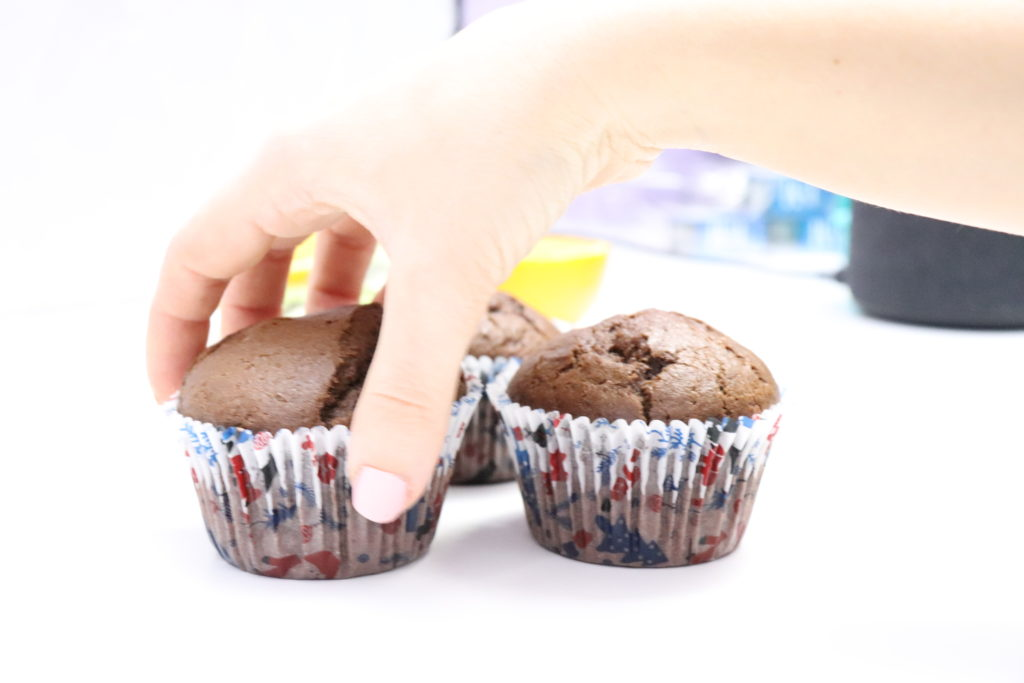 mano, arm, muffins, chocolate vegan muffins, magdalenas de chocolate,