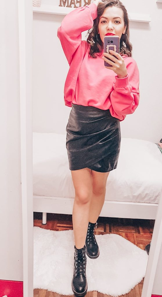 pink sweater, skirt and boots. girl wears spring clothes. Ropa para primavera, botas, mini falda, jersey, mirror selfie,