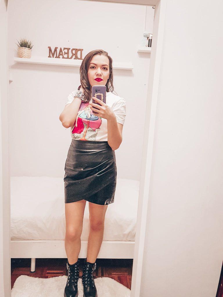 Spring leater mini skirt, T-shirt and boots. Look de primavera mujeres, camiseta y muni falda.